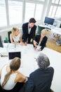 Team parler lors de la réunion d affaires à la table de conférence Photos stock