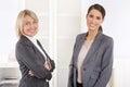 Team portrait la mujer de negocios acertada que hace carrera adentro maneja Imagenes de archivo