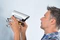 Technicus die kabeltelevisie camera aanpassen Royalty-vrije Stock Foto