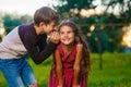 Chlapec šeptání tajemství klepy dětské ucho
