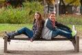 Teenager und ein Mädchen, das Spaß im Park hat Lizenzfreies Stockbild