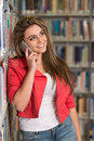 Teléfono de woman using mobile del estudiante universitario Fotografía de archivo
