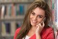 Teléfono de woman using mobile del estudiante universitario Foto de archivo