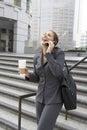 Teléfono móvil de enjoying conversation on de la empresaria al aire libre Imagen de archivo libre de regalías