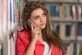 Telefono di woman using mobile dello studente di college Immagini Stock Libere da Diritti