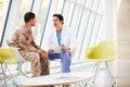 Tensión del doctor Counselling Soldier Suffering From Fotos de archivo libres de regalías