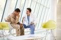 Tensión del doctor Counselling Soldier Suffering From Foto de archivo