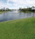 Terrain de golf avec des vues de lac Photographie stock