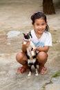 Thailändsk flicka med en katt i Koh Kho Khao Fotografering för Bildbyråer