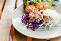 Thon avec la salade de choux coupée en tranches sur le plat sur la table en bois Photos stock