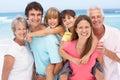Tři generace rodina relaxační na pláž