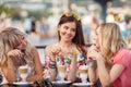 Tres mujeres taza de café en café
