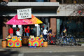Tie dyed kettle corn stand a named ernies on the square in downtown madison wisconsin Stock Photos