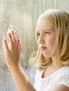 Tiener of kind die uit een venster kijken Royalty-vrije Stock Foto