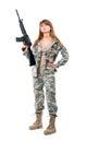 Tjäna som soldat den iklädda unga härliga flickan en kamouflage med ett vapen Royaltyfri Fotografi