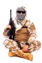 Tjäna som soldat i kamouflage och arabhalsduken som rymmer ett gevär Arkivfoton