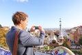 Toeristenmens die foto in park guell barcelona nemen Stock Afbeeldingen