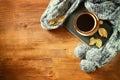 De taza de negro café otoño follaje bufanda y viejo libro en madera
