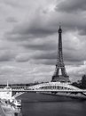Tour eiffel paris le jour obscurci Photographie stock
