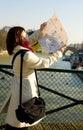 Tourist, der in Paris verloren erhält Stockbilder