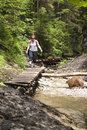 Dievča, turista kráča cez les v horách