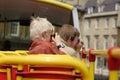 Touristes de famille prenant des photos Images libres de droits