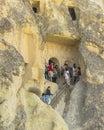 Touristes sur les étapes dans le musée de goreme Image libre de droits