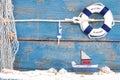 Hračka čln mušle na modrý drevený dovolenka plachtenie pojmy