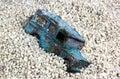Toy car azul golpeado na areia pit against blue sky Fotos de Stock