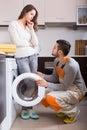 Trabajador y cliente cerca de la lavadora Fotos de archivo libres de regalías
