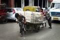 Trabajadores mercancías del recorrido de los trabajadores a comercializar en la india Imágenes de archivo libres de regalías