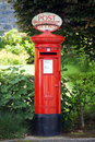 Traditionell brittisk postbox Royaltyfri Bild