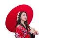 Tragender kimono der schönen jungen asiatischen frau mit rotem regenschirm Stockfotos
