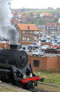 Train de vapeur partant de Whitby, Yorkshire du nord. Image stock