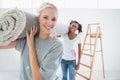 Transport heureux de housemates roulé vers le haut de la couverture dans la nouvelle maison Images libres de droits