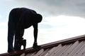 Travailleur de la construction building roof Photo stock