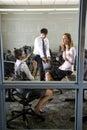 Tre insegnanti che si incontrano nel centro di calcolo delle biblioteche Immagini Stock