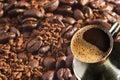 Türkische Kaffeekanne über Kaffeehintergrund Stockbild