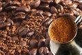 Türkische Kaffeekanne über Kaffeehintergrund Lizenzfreies Stockfoto
