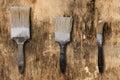 Trois vieilles brosses sur une surface de vieux et de sale Image libre de droits