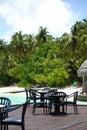 Tropisk cafe på bakgrunden av palmträd och sky och hav Arkivfoton