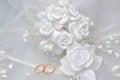 Trouwringen op bruidssluier met witte boutonniere op grijs Royalty-vrije Stock Foto