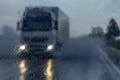 Camión en lluvia