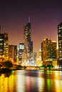 Trump l h tel international et dominez chicago il pendant la nuit Photo libre de droits