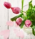 Tulipas cor de rosa no fim do vaso acima da imagem Imagens de Stock Royalty Free