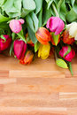 Tulipes de source sur la table en bois Image stock