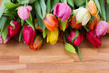 Tulipes sur la table en bois Photographie stock libre de droits