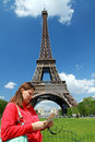 A turist near Tour Eiffel Royalty Free Stock Photos