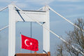 Turkisk flagga med fatih sultan mehmet bridge Royaltyfri Bild