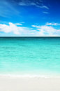 Turquoise water of the ocean and blue sky white sand Royalty Free Stock Photography